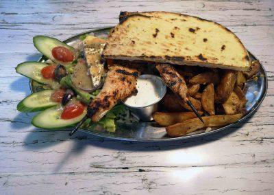 Terrasse Chez Donat - assiette grecque souvlakis au poulet avec pita - St-Jean-de-Matha, Lanaudière