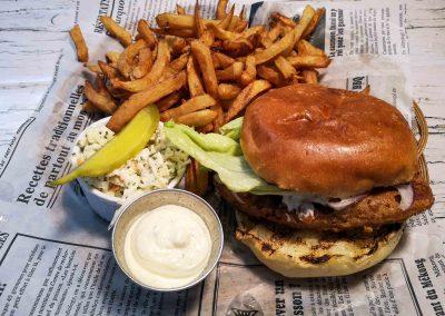Terrasse Chez Donat - burger de poisson panné - St-Jean-de-Matha, Lanaudière