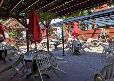 Terrasse Chez Donat -la terrasse fleurie avec auvent - St-Jean-de-Matha, Lanaudière