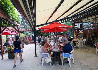 Terrasse Chez Donat - terrasse couverte avec large auvent et parasols - St-Jean-de-Matha, Lanaudière